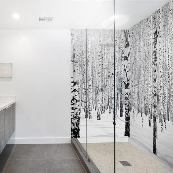 decoration mural salle de bains forêt de bouleaux. panneau étanche sur-mesure, facile d'entretien, panodeco